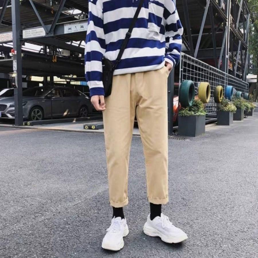 Quần kaki ống suông kết hợp với áo phông oversize